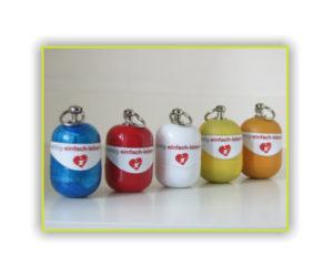 Erste-Hilfe Schlüsselanhänger in verschiedenen Farben von richtig-einfach-leben-retten von 2014 heute RettEi Bild 2